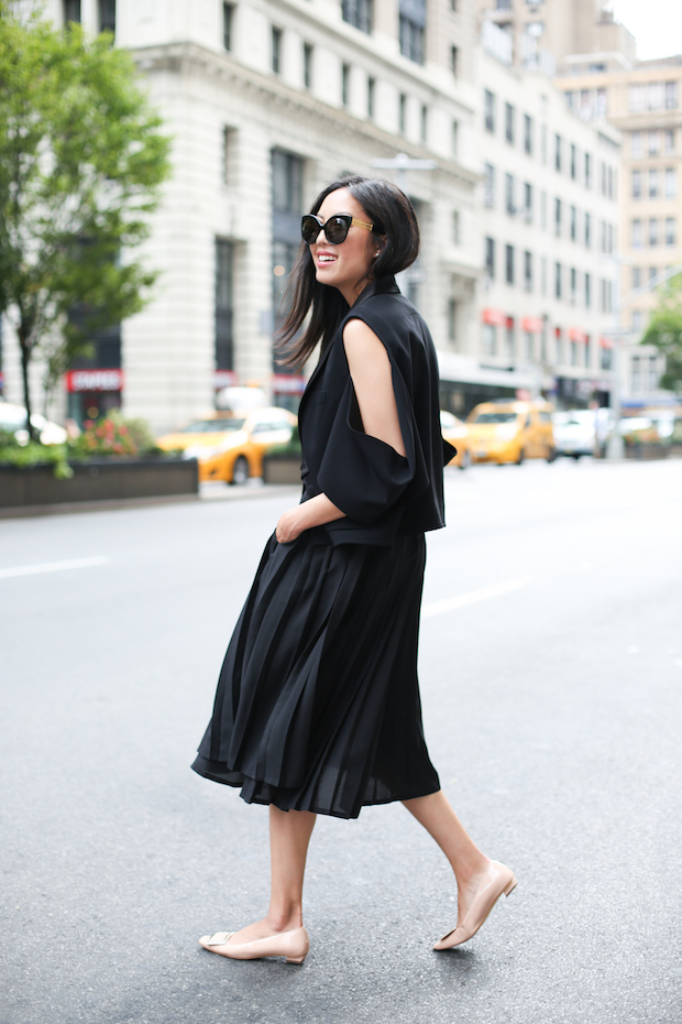 all-black-pleated-skirt-outfit-4