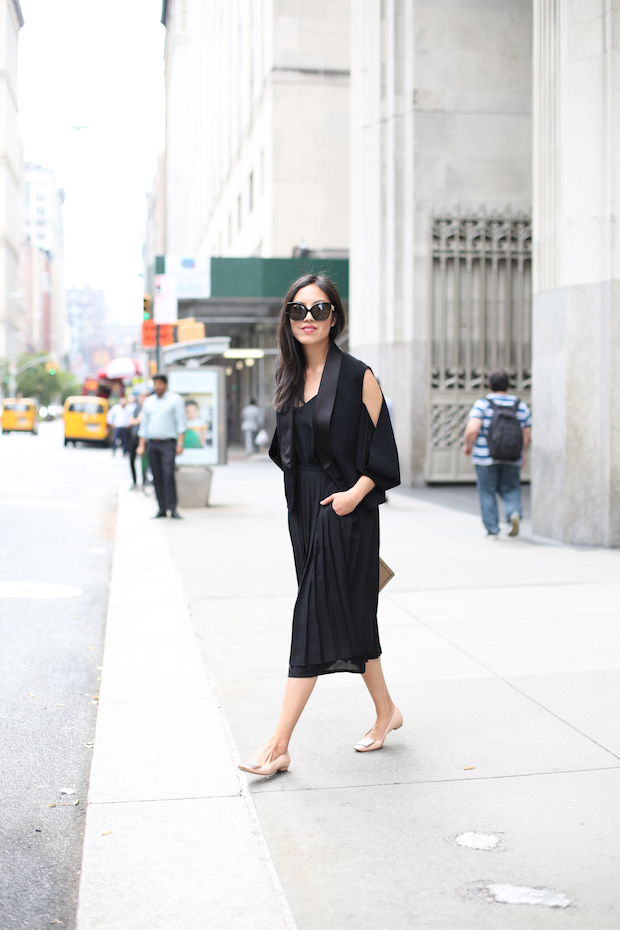 all-black-pleated-skirt-outfit-2