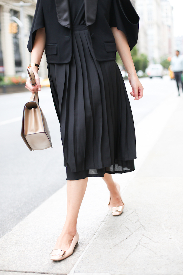 all-black-pleated-skirt-outfit-3